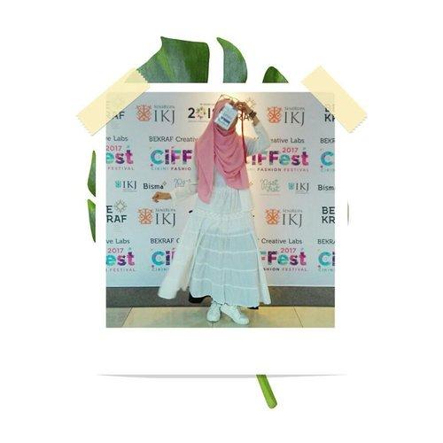 • [GESER FOTONYA KE KIRI]  Kemarin, saya menghadiri acara Cikini Fashion Festival di TIM, Jakarta Pusat. Menampilkan beberapa koleksi busana, kegiatan ini memberikan saya banyak inspirasi dan pengalaman baru tentang dunia Fashion. Well, thanks Ditali Cipta Kreatif/IFC and Blogger Crony Community!  #ciffest2017 #CikiniFashionFestival #IKJ #Bekraf #bekrafcreativelabs #clozetteid #fashionblogger