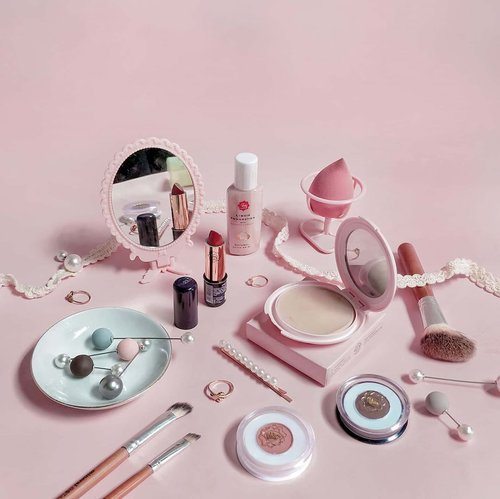 • Walaupun banyak brand #cosmetics bermunculan, #vivacosmetics selalu punya ruang tersendiri buat saya karena harganya konsisten murah, kualitasnya bagus, dan pilihannya semakin beragam. Satu set #makeup ini harganya under 60k loh, murah meriah sudah bisa tampil all out 🌼 Buat #makeuplover yang mau jajan produknya langsung DM aja yaaa, lagi banyak diskon dan flash sale bulan ini 😍  ______________________ In frame: 1. Liquid Foundation Bengkuang Extract Natural 2. Fin Touch Blush On no. 04 Red Orange 3. Eye Shadow Cream shade Brown 4. Lipstick Viva Queen no. 23 5. Face Powder - Natural ______________________  #clozetteid #motd #makeupobsessed #beauty #makeuplools #instamakeup  #beautyinfluencer #makeup #beautyjunkie #makeuplook #localproduct #flatlaytoday #makeupoftheday #beautycare
