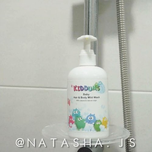 Introducing #KIDDUMS to you all! Kiddums' products are all made of natural ingredients that is free of steroid, mineral oil, artificial colorings, artificial fragrances, and other artificial additives. 👼Baby Hair & Body Mild Wash.I love to use this as a body wash since it doesn't make my skin dry after shower like most body wash do. Even during the winter, my skin doesn't feel dry after shower with this body wash. It has this calming floral scent from its natural flower ingredients. The company also claimed that the acidity of this body wash at pH 5.5 is made perfect for sensitive skin, babies, even for atopic skin. 👼Baby Soothing LotionI love how light and not-sticky this lotion is! It has this calming effect to 'enraged' skin. I have dry skin but I don't really like how sticky the usual body lotion feels on my skin so I often got frost bites. This lotion acts really well in soothing and calming my skin afterwards. It's said that it can be used as soothing lotion after sunburn but since it's not summer yet, I can't give you my say on that for now...#NatashaJSreview ...........#stylefollow #kiddums #organicskincare #naturalbeauty #naturalskincare #phbalance #organic #ecocert #baby #babyskincare #koreancosmetics #koreanskincare #sbs #clozetteid #좋아요 #자연 #뷰티리뷰 #뷰티블로거 #아기피부 #피부관리