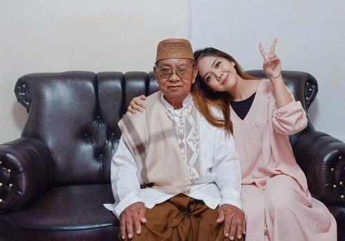 Selamat hari raya Idul Fitri, Minal Aidzin Walfaidzin mohon maaf lahir dan batin💛 Maafin yaa 🤗 . #idulfitri #ied #lebaran #family #grandfather #photooftheday #clozette #clozetteid #eminagirlgang