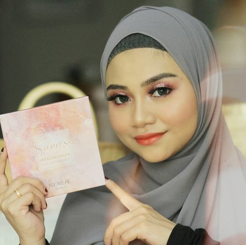 "::Abis nyobain eyeshadow Focallure Sunrise Impressionism , Mau teriak sakink bagusnya... 💞 Siapa yang Uda nyobain juga ?? ::..""Abaikan lipstik Gotiknya 😬""...#focalluresunriseimpressionism @cerita.cantik , @buat.cantik #livingcoral2019 @bunnyneedsmakeup @tutorialmakeupkece @indobeautygram @wakeupandmakeup @tips__kecantikan @makeuptutorialindo@indobeautysquad @beautybloggerindonesia.#likeforlikes #instadaily #ootd #instamakeup#makeup #instamakeup #toptags @top.tags #cosmetic #cosmetics #likes #concealer  #eyebrows #lashes  #beauty #beautyantusiat #beautybloggermakassar #beautybloggerindonesia #makassar #pixycushionmakassar #brushfocallure #socobox #Uswahmakeuptutorial  #Clozetteid #pixycushionmakassar #cushionpixymakeitglow #makeupforbarbie #makeupaddict #makepgirlz #makeupkekampus"