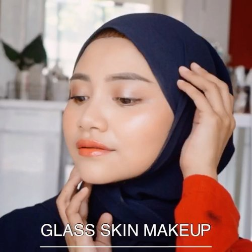 Glass skin makeup, produk produknya terjangkau gak mesri yang mahal mahal beb.....Jangan pakai bedak tabur atau padat lagi yah setelah pakai foundation, semiga kalian suka videonya 😘.@ragam_kecantikan @cerita.cantik @indobeautygram @beautybloggerindonesia#makeovertransferproofmattelipcream #socobox #soco #makeuptutorialindonesia #toptags @top.tags #cosmetic #cosmetics #likes  #foundation #beauty #beautyantusiat #cccushion #beautybloggerindonesia #makassar #contentcreator #Uswahmakeuptutorial  #makeuppemula #makeupaddict #makepgirlz #beautycontentcreatormakassar #beautybloggerindonesia #clozetteid