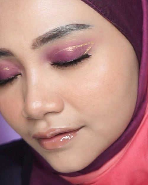 Backsound yang ini terus menghantui gak sempat buat makeup Emoji, kita buat yang simpel aja yah kak....... . Product used : Crystallure Face oil serum by wardah Emina bare with me foundation shade 01 & 02 Wardah BB POWDER Sariayu Eye kit Catrice comouflaugh concealer Emina cheeklit blush marshmallow lady Focallure plum max lip shine 02,Amber . . Jangan lupa like , comment, share dan Save Video ini dan pastikan  follow @uswahmakeup_ , thankyou 💕 . kartabeautyblogger #clozetteid #beautytips #beautyguru #makassarhits #beautyvlogger #uswahmakeuptutorial #beautybloggerindonesia #beautybloggers #rolloverreaction #facemist #nyxsoftmattelipcream #face2face #wardahperfectbrightbbpowder #jakartabeautyblogger #bbpowder #instagram #ceritacantik