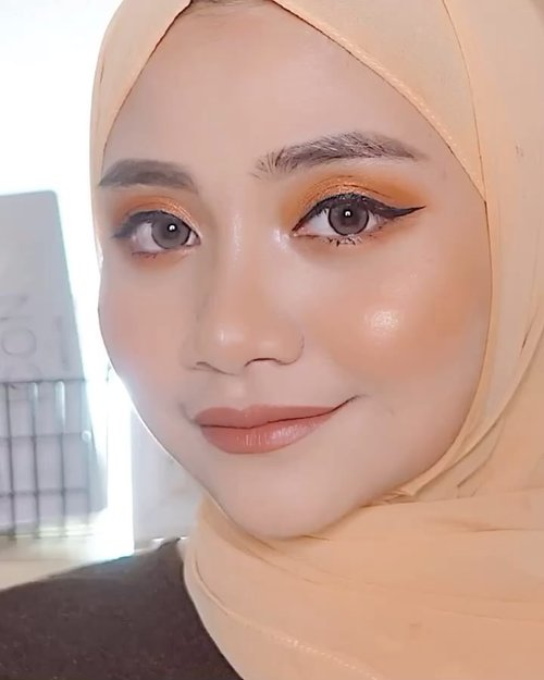 Lagi suka banget pakai eyeshadow satu tone warna kayak gini ,,,, .Dan lipstik warna kayak gini , sayangnya cuman punya satu ......Oia, jangan lupa makan yah everyone !!..#receh @ragam_kecantikan @cerita.cantik @indobeautygram @beautybloggerindonesia#makeovertransferproofmattelipcream #socobox #soco #makeuptutorialindonesia #toptags @top.tags #cosmetic #cosmetics #likes  #foundation #beauty #beautyantusiat #cccushion #beautybloggerindonesia #makassar #contentcreator #Uswahmakeuptutorial  #makeuppemula #makeupaddict #makepgirlz #beautycontentcreatormakassar #beautybloggerindonesia #dirumahaja #clozetteid