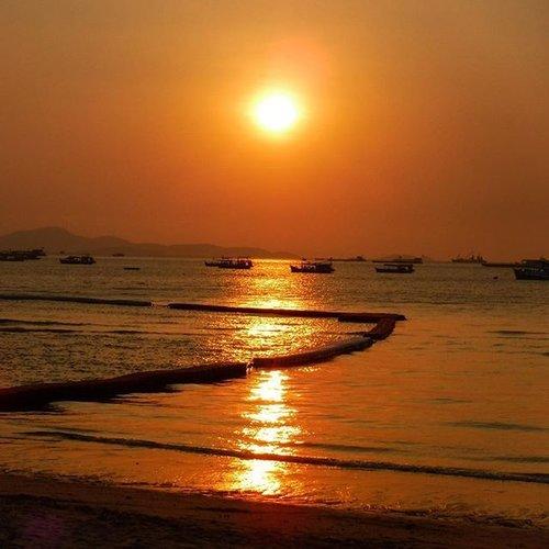Sunset from Pattaya ❤️ Camera : Fuji Film Fine pic XP80  #blogger #fblogger #indonesianlivinginbangkok #clozetteID #StarClozetter #cztravelstory #czXpattaya #like4like #traveler #travelgram #travelblogger #beach #pattayabeach #thailand