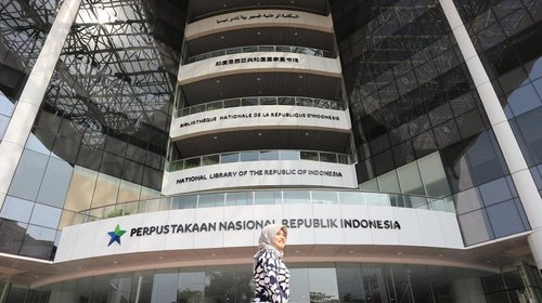 [Indonesia73th] The more that you read, the more things you will know, the more that you learn, the more places you will go - Perpustakaan Nasional Republik Indonesia ~ highest librarynin the world located in Jakarta, Indonesia #tantejulit #library  #travel #blogger #travelblogger #bucketlist #trip #travelgram #wanderlust #wanderer #explore #traveling #lovetravel #clozetteid #backpacker #hijabtraveler