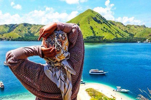 What happen in bajo, stay in bajo. Let it be my story, and our memories . . #tantejulit #travel #blogger #travelblogger #labuanbajo #bucketlist #trip #beach #nature #travelgram #wanderlust #wanderer #explore #sailingkomodo #flores #traveling #lovetravel #pulaukelor #kelorisland #wonderfulplaces #wonderfulindonesia #clozetteid