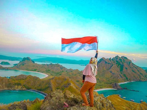 Sejauh apapun kaki ini melangkah, tetap saja aku akan kembali ke rumah, Indonesia-To the most beautiful country in the world, Happy Independence Day! MERDEKA 🇲🇨🇲🇨🇲🇨-📍in the most beautiful island ~ padar island, labuan bajo. Taken at March 2018#cyntiayoga #travelblogger #beautyblogger #lifestyleblogger #fashionblogger #blogger #hijab #hijabtravel #hijabers #modelhijab #travelenthusiast #traveling #traveladdict #backpacker #wanderlust #lovetravel #explore #influencer #clozetteid #indonesia #hutri74 #indonesia74 #labuanbajo #padarisland #pulaupadar #discoverearth #mytravelgram #bestvacation #welivetoexplore #backpacking