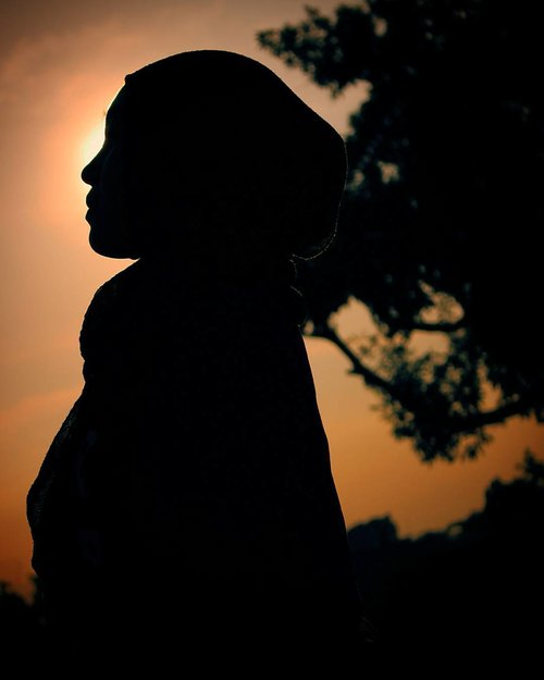 Aku percaya pada senja. Karena dia selalu tepat janji, akan datang walau membawa gelap... Tak seperti hujan, berjanji datang membawa pelangi tetapi hanya badai yang bersamanya  #canon #senja #clozetteid #instaphoto #imogiri #instaquotes #instatravel #yogyakarta  #quotesoftheday #quotes #jogjaistimewa #vsco #travelphotography #canon #doubleRRphotography #vacation #latepost #indonesia
