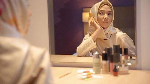 New video is UP on my YouTube Channel ~~~>> https://youtu.be/_YjbnkEiSOg ...Jangan lupa subscribe, like, comment & share yaa supaya aku semangat bikin video baru lagiiii~ 🙈❤ .Ohiya mau tanya dong video aku selanjutnya yg kalian mau liat tentang apa ❓🤷🏻♀️...Special Thanks to @hijup & @khalisaindonesia 💕 •• #ayuindriativideos #clozetteid #hijab #hijup #khalisalipcare