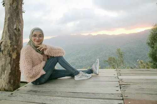 What a view🌄🌄 While thinking of what Im gonna eat tonight LOL// Wearing faux fur jacket @stradivarius is not only stylish, but also warm, soft, and veryyyy huggable//..#sunset #scenery #landscape #stradilooks #clozetteID #OOTD #outfitoftheday #outfitinspo #outfitgoals #outfitstyle #style #stylish #stylista #hijabstyle #hijabchic #hijabcantik #hijablover #hijabfashion #fashion #fashionstreet #fashionshoot #fashionphotogtaphy #senja #jogjascenery #explorekulonprogo #pulepayung