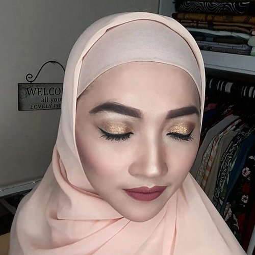 I am sure all of you must agree with me that dinner date is really special, especially with husband. This of course requires you to look at your absolute best. And this look is inspired by @osobbeauty she is so gorgeous OMG🙆..#makeupinspo #makeuplooks #makeuptalk #makeupmafia #makeupbyme #makeupaddict #makeuplover #makeupgeek #makeupoftheday #motd #makeup #maybelline #colourpop #rimmel #thebalm #wakeupandmakeup #ilovemakeup #instamakeup #instabeauty #beauty #beautyblogger #clozetteID #beginner #gold #glittery #eyeshadow #mattelipstick #contour #shading #highlight