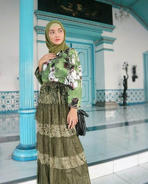 Just keep simple with my skirt, shirt and hijab. Because the colour works together so my outfits are perfectly matched// Wearing @brilliant.arlette makes me confident as always..#clozetteID #hijab #hijabstyle #hijabchic #stylebyme #styling #stylista #style #vintagestyle #stylegram #styleinspiration #instastyle #fashionstyle #instafashion #fashionlovers #fashion #fashionista #mixed #match #ootd #outfitoftheday #ootdstyle