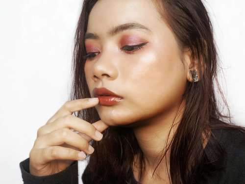 Maunya tiap hari bangun dalam keadaan cantik menggunakan makeup. 🤣😅 *maunya lho ini⠀ ⠀ Ya biar ga cape-cape makeup berjam-jam gitu terus menghapusnya dalam hitungan menit. 🤭⠀ ⠀ Detail Makeup⠀ 🌸 Maybelline Fit Me Dewy+Smooth Foundation ⠀ 🌸 Ultima II Delicate Translucent Face Powder ⠀ 🌸 Maybelline Instant Age Rewind Erase Multi-Use Concealer - 150 Neutralizer⠀ 🌸 Maybelline Fit Me Concealer - 25 Medium⠀ 🌸 Fanbo Perfect Fairs Lip & Cheek 03⠀ 🌸 Catrice Blush Box - 010 Soft Rose ⠀ 🌸 Make Over Riche Glow Face Highlighter⠀ 🌸 Esqa Pink Goddes Eyeshadow Palette ⠀ 🌸 Makeup Revolution I Heart Chocolate Bar Eyeshadow Palette - Pink Fizz⠀ 🌸 Althea Spotlight Eye Glitter - 02 Pink Light⠀ 🌸 Maybelline Fashion Brow Color Drama Mascara - Khaki⠀ 🌸 Maybelline Brow Precise Fiber Volumizer Mascara - Soft Brown ⠀ 🌸 Mizzu Eyebrow Matic - Caramel ⠀ 🌸 Emina Creamatte - 02 Fuzzy Wuzzy ⠀ 🌸 Fanbo Ultra Satin Lip 07⠀ 🌸 Catrice Dewy-Ful Lips Conditioning Lip Butter - 02 Let's DEW This! ⠀ ⠀ #maybellinefoundation #makeoverhighlighter #esqaeyeshadow #makeup #makeuplook #clozetteid #althea #eminaCreamatte #mizzu #catrice #fanbo