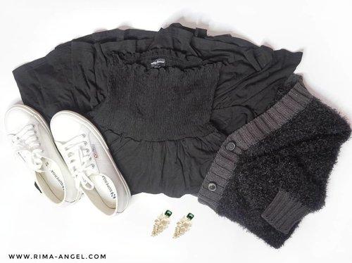 Setiap hari pengen pake baju hitam tapi nyatanya hari ini bukber dress code-nya warna abu-abu 🤭. Yowes lah, abaikan OOTD ini kalo begitu. 🤣 👗: Something Borrowed Tiered Strapless Dress 🧥 : Voyant By Megumi Cardigan Cutton Button Tipping 👟 : Superga Leapatentw White  #rimaangel #beautybloggerindonesia #beautybloggerid #RimaAngelinStyle #clozetteid #ootd #fashion #blacknwhite #superga #somethingborrowed
