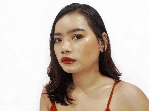 Makeup dewy tentunya kuncinya adalah dicomplexion-nya, seperti look kali ini. Menggunakan foundation dewy, tanpa menggunakan bedak dan juga tentunya kuncinya di highlighter juga dong. 💕⠀ ⠀ Makeup look kali ini menggunakan produk-produk dari : ⠀ 🌸 Maybelline Dewy Smooth Foundation ⠀ 🌸 eyeshadow korea⠀ 🌸 Catrice gelap⠀ 🌸 Maybelline Push Up Mascara⠀⠀ 🌸 Maybelline Fashion Brow⠀ 🌸 Maybelline Brow⠀⠀ 🌸 Fanbo Blush 04⠀ 🌸 Catrice Highlighter⠀ 🌸 Catrice Highlighter⠀ 🌸 Elizabeth Helen Kajal Lipstick 05⠀ 🌸 Maybelline Lipstick ⠀ ⠀ Nanti diisi lengkap ya. 🙈🤭 Sekarang buat rapiin feed aja dulu. 😅⠀ ⠀ #rimaangelmakeup #makeuplook #clozetteid #makeup #makeupdewy #dewylook