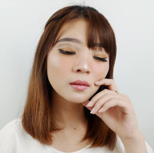 Tutorial nya udah up ya kemaren sistur! ❤ . Product details  @flormarindonesia  Eyebrow Pencil No 403 Color Palette Eyeshadow 04 Golden Caramel Waterproof Eyeliner No 113 OMLashes Fan Effect . . . . #luellaartistry #luellamakeup #makeuptutorials #dailymakeup #cutcreaseeyes #cutcreaseideas #monolidmakeup #artsymakeup #makeuppemula #makeupremaja #makeuptransformation #tutorialmakeup #beautyvlogger #beautybloggerindonesia #beautybloggerbandung #beautyvloggerbandung #bandungbeautyblogger #bandungbeautyvlogger #clozzetebeauty  #Clozetteid