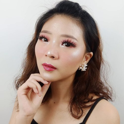 Hey! Can you see my highlighter?? 😝😝 . Ini pake combo Mantul @makeoverid Riche Glow terus ditimpa sama @pac_mt Sparkling Powder Silver . Aku udah bikin tutorial nya.. Cek beberapa postingan sebelum ini ya.. . Earings @amarette.id Soflens @x2softlens . . . #luellaartistry #luellatutorial #glowingmakeup #burgundymakeup #koreamakeuptutorial #makeuppemula #makeupremaja #makeupnatural #makeupramadhan #makeuplebaran #makeupnaturallebaran #makeuptransformation #tutorialmakeup #luellaartistry  #beautyvlogger #beautybloggerindonesia #beautybloggerbandung #beautyvloggerbandung #bandungbeautyblogger #bandungbeautyvlogger #clozzetebeauty  #Clozetteid