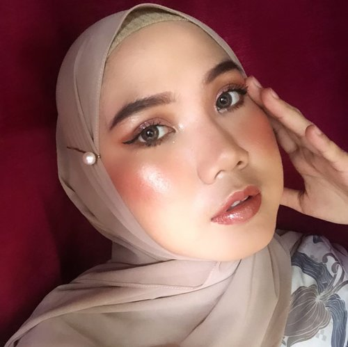 Soft Glam Makeup ✨Detail makeup Complexion : Emina Poranger @eminacosmetics Maybelline Concealear Shade 20Pixy Make It Glow Cushion Shade 101 @pixycosmetics Emina Bright Stuff Loose PowderBLP Cheeck Stain Butterscotch @blpbeauty Pixy Make It Glow Adorable Marble Shade Classy CoralTarte Hampstons Weekender.Eyes : Tartellete in Bloom Clay @tartecosmetics Focallure Sunset Pallete @focallure Miniso Peach Eyeshadow Tarte EyelinerWardah Eyebrow Pencil Shade Brown @wardahbeauty Maybelline Hypercurl Mascara.Lips : Kamalia Beauty x Tasya FarasyaShade Jade+ Canary Lipgloss @kamaliabeauty @tasyafarasya ..#socobeautynetwork #theshonetinsiders #shoxsquad #clozetteid #beautyinfluencer #beautybloggerindonesia #cchanelbeautyid #indonesiabeautyblogger