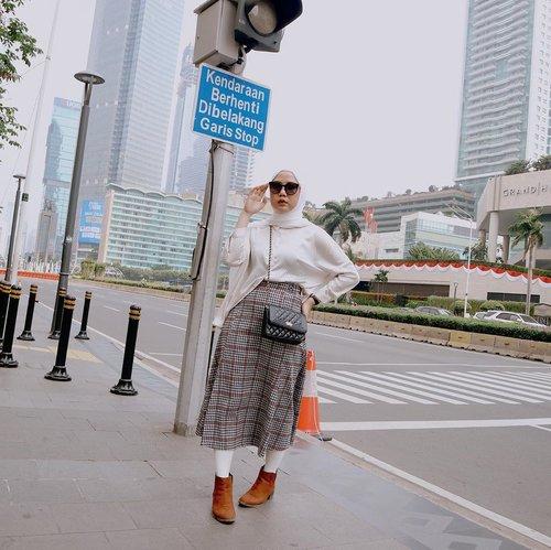 Jakarta feels like Japan ✨Mencoba look preppy, padu padan baju yang ada di lemari and Voila! Udh mirip hijabers Jepang belum xixi ☺️ Pashmina always @daissy.id x @ameliaelle .#AkudiLineToday #Fashion101#GayaSeleb