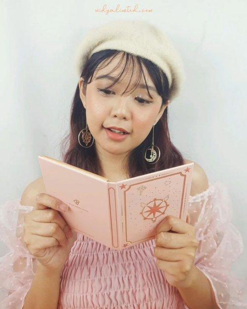 PoV : Sakura Kinomoto membuka buku saat beranjak dewasa, ternyata isinya bisa merubah wajahnya jadi lebih cantik 🤣Kalau kalian tau kartun Cardcaptor Sakura, berarti kita seumuran 🤣By the way, aku pakai produk2 nya @perfectdiaryofficial ! Kemasannya super unyu dan gak nyangka ternyata kualitasnya pun BAGUS BANGET 😍Di video ini aku pakai :🌸 Cardcaptor Sakura Charm Set, ada eye+face pallete, lip cream, dan matte finishing compact powder, plus bonus ANTING GEMES dan sticker! Lengkapnya ntar aku share story yaa🌸 Brush Set, isi 4 face brushes dan 6 eye brushes, plus lembut banget bulunya, will be my new fav!🌸 Wide Angel Overcurl Mascara, maskara untuk bulu mata atas🌸 High Definition Multifunction Mascara, maskara yg wand nya kecil banget dan bisa untuk bulu mata atas maupun bawahKalian bisa lihat di videonya, semua produknya OKE BANGET WOOYYY! Yang mau coba produknya bisa cek ke web nya : http://www.perfectdiary.com , atau di Shopee juga ada kok official store nya! Check dulu aja biar pas 10.10 tinggal checkout 😆#perfectdiaryofficial #perfectdiary #widlimselfie #clozetteID #bandungbeautyvlogger #bandungbeautyblogger #beautygoersID #indobeautysquad #jbbfeatured
