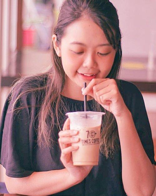 Sore2 gini emang enaknya ngopi, soalnya mulai ngantuk dan gak konsen wkwk 🙈Nyicip kopi @70timescoffee di Riau Junction, ternyata enyaakk! Es kopi susu nya lebih creamy dan gak terlalu strong, cocok buat aku yg emang lebih suka susu wkwk 🤗Btw nongki di Riau Junction bareng teteh2 kesayangan aku, makan siang sambil ngobrol2.. yuk jadwalkan nongki lagii minggu depan wkwk 🤣#widlimjajan #ClozetteID #bloggerbandung #bloggerjakarta #bloggermafia #hayuurangjajan #duniakulinerbdg #caferestobdg