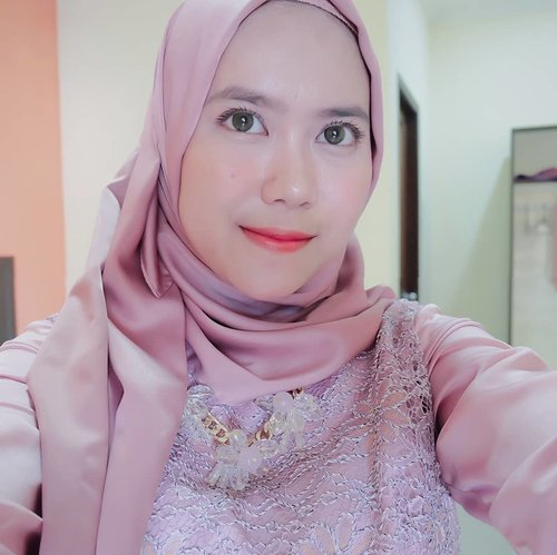 D e t a i l s . .Pink Channel Platinum silk pasmina : @mahan.idNecklace : @tanganmanis . .#mahan  #mahanwanderdiary #clozette #clozetteid #clozettedaily @clozetteid@duahijabtrans7 #HOOTD #HOOTDDuaHijabTrans7 #DuaHijabTrans7 #HOOTDDuaHijab #duahijab #HOTDDuaHijabTrans7#ootd #outift #outfitpost #outfitoftheday #todayoutfit #ootdmagazine #fashion #supportlocalbrands #vscocam #vsco #inspirasikebaya #kondanganootd #tanganmanis @tanganmanis