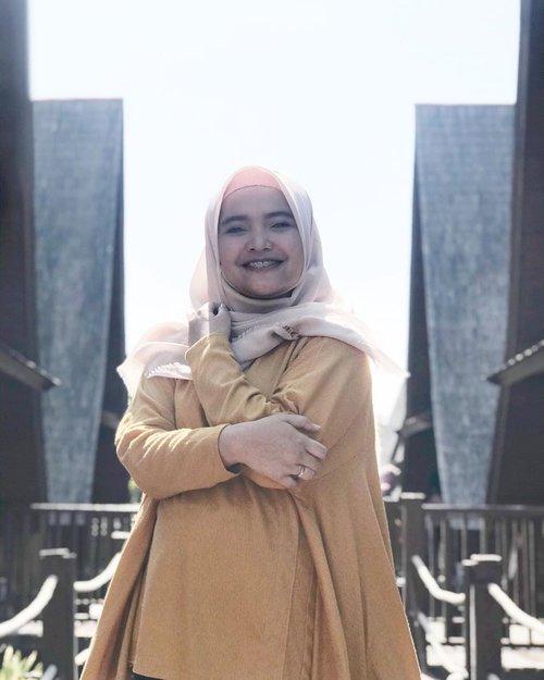 Selamat Pagi ☀️Hari Senin, tapi postingnya foto liburan dong.Emm nanya dong, kalau aku bikin postingan jawaban yang suka pada konsul di DM kira2 pada keberatan gak ya? Biar sama2 belajar soal kesehatan gigi anak. #tanyaDrgIcha.#doktergigianak #monday #ClozetteId #hijab #ootd #tanyaDrgIcha