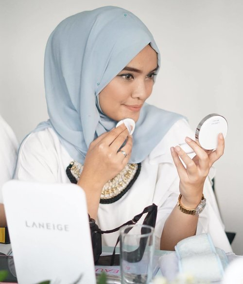 With the most famous Laneige BB Cushion, been using this since forever. It control sebum, medium coverage without blocking the pores.  Love it~  Thank you for having me. @scarf_magz and @laneigeid  #ScarfMagzXLaneige #sparklingbeauty #scarfbeauty . . . . . #ClozetteID #laneige #laneigebbcushion #beautyjunkiee #beautyblogger #makeupjunkiee #event #bloggerlife