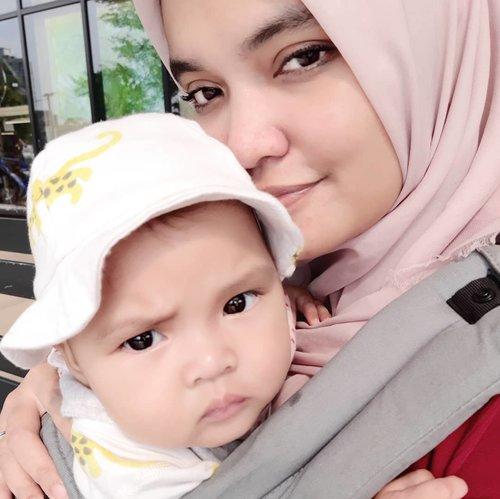 "Baby ""nyureng"" #AairaFahima.apa apa dipikirin 😆.Bikin senyumnya perlu effort besar.yang bisa bikin cekikan cuma kakak #AlikaCelina .#ClozetteID #baby #instababy #Boba4G #mommyandme"