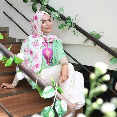 Halo, have you read my latest blog post yet? tap the link on my bio.and don't forget to join the #annisaramaliagiveaway because IT IS ALMOST OVER!! dont miss it okay.scroll down for a further info to join my giveaway.#ClozetteID #cotw #hijab #fashion #ootd #beautyblogger #beautyjunkiee #makeupjunkie #makeupblogger #mommyblogger #lifestyleblogger #lifestyle #style #instagood #flowers #mirorrless #canonM3