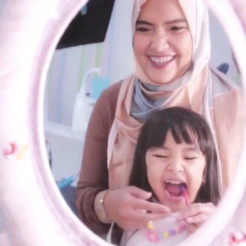 Hai Moms, siapa yang setuju 🙋🏻♀️Sikat gigi kegiatan sehari-hari yang harusnya dekat dengan anak?. Yah tapi lagi2, ga sedikit Ayah dan Ibu yang kesulitan dan merasakan buanyaknya tantangan dalam menyikat gigi anak mereka . Nah, mumpung lagi #wfh dan #DiRumahAja yuk coba lagi biasakan kebiasaan baik menyikat gigi teratur dua kali sehari, pagi setelah sarapan dannnnn paling penting malam sebelum ditidur. . Kalau aku sama #AlikaCelina biasa sambil nyanyi, becanda, pakai reward, baca buku #SikatGigiYuk  @senyumsikecil atau nonton Mama Sigi dan Peppo di youtubenya @tanyapepsodent . Milih sikat gigi dan odol kesukaan anak, yang berflouride pastinya, juga yang bikin Celina makin semangat sikat gigi malam. . Happy World Oral Health Day Ayah dan Ibu, Sikat Gigi Yuk!! . #SikatGigiMalam #WOHD20 #PahlawanSenyum . #ClozetteID #parenting #senyumsikecil