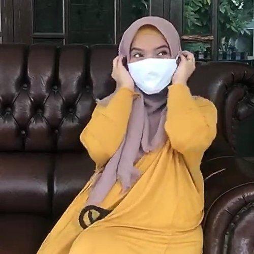 "The New Normal, #PassTheMaskChallenge.Setelah nyaris 2 bulan kita #diRumahAja pakai masker dan cuci tangan 20 menit sekalia sesuai anjuran #who jadi rutinitas normal..Nyaris lupa hari dan tanggal, kayak ""ohhh sekarang senen ya?"".Ikutan deh bikin video #PassTheMaskChallenge bareng ciwik2 @hijabinfluencersnetwork  @roswithajassin @dwinayusuf @inkaparamita @nianastiti @miafauziablog @bemzkyyeye @rumahmemez @annisaramalia @pungky.kd @dwiyaniarta @she_wian.#clozetteID #passthebrushchallenge #stayathome #covid19"