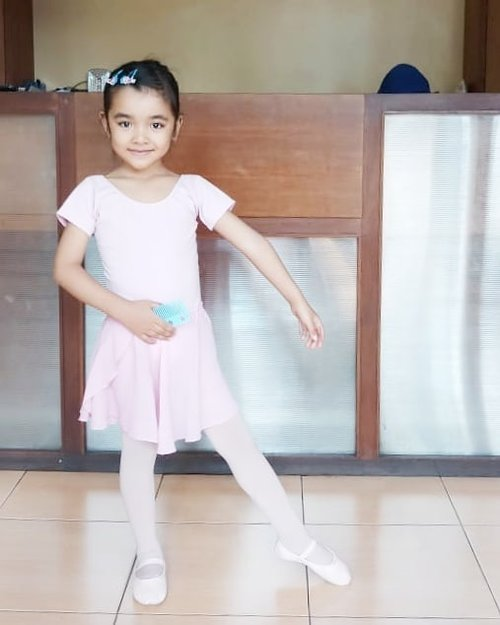 """Bebrapa hari lalu #AlikaCelina balet ditemenin sama Ayah @ben_yitzhak karena #AairaFahima dan Ibu ke event..Terus dapet lah foto ini dan foto semua rambutnya.""""Kata celina suruh foto kirim ke kamu"""".Wah gila keren banget, sekalinya sama ayah, #hairbun buat #ballet nya rapi banget 😆. .Baru mau ngetik """"keren banget kamu,aku aja ga bs nguncir kyk gitu"""".Eh si ayah kiri foto di slide terakhir sambil blg """"wah kamu aku ga bs nguncir, ada kunciran tapi bingung. Eh ada ibu2 di administrasi. Aku mintain tlg aja deh"""".🤪kirain @ben_yitzhak udh berubah jadi ayah2 diyoutube jadi jago kuncir anaknya pake vacumcleaner 😆.#ballet #namarina #ClozetteID #momlife #parentinghacks"""