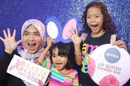 Yesterday me and my little girls were going to Jakarta X Beauty 2017, thank you @mizzucosmetics for the free ticket 💕💕💕 we are having so much fun!! @femaledailynetwork  #ClozetteID #JakartaXBeauty2017 #mizzubanana #MIZZUAlterEgo #mommyblogger #lifestyle #AlikaCelina #parenting #lifestyleblogger #makeupjunkie #beautyjunkiee