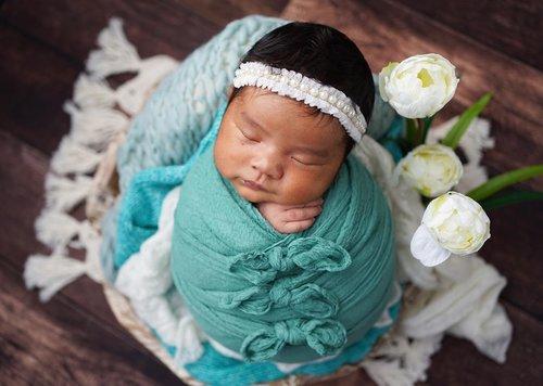 Selamat 1 Bulan anak Ibu cantikkk 💕💕💕..Semoga tumbuh sehat jadi anak yang Soleha, Pintar, dan cantik.Berguna bagi bangsa dan agama 💕.Abis ini siap siap jadi model video edukasi cara membersihkan lidah bayi ya 😂🙈(Abis banyak yg DM-request) 🤪.#ClozetteId #AdrianaAisha #newborn #newbornphotography 📷: @nurullnoe