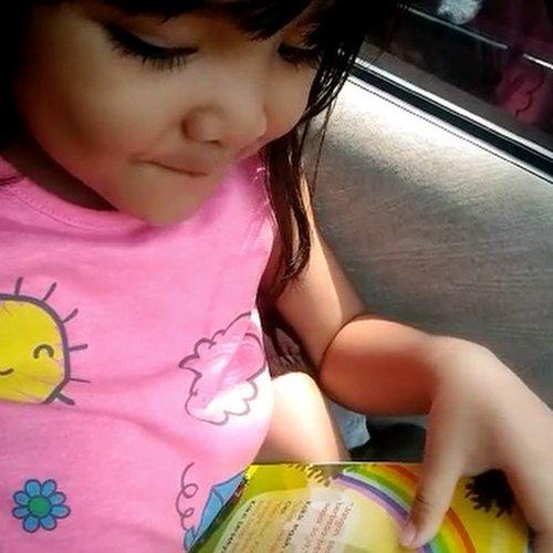 "minggu lalu, dapet surprise waktu lagi bacain buku dimobil buat Celina. . she mentioned all the rainbow colors completely!! bahkan Ibunya baru tahu, kalau warna ""NILA"" itu bahasa inggrisnya ""INDIGO"". hahaha . kebetulan pas direkam mau ngulang sebutin satu2 warnanya, biasanya pasti mendadak lupa atau pura2 ga denger 🤣 . 📚""Aku Teman yang Baik"" seri si Koksi @rayyabusybook @belibukuanak 👚@toetoekids . #ClozetteID #mom #parentingAnnisaramalia #AlikaCelina #recommended #tipsmama #tipsIbu #weekend #family #parenting #mommyblogger #mommyandme #momandme #instakids #rainbow #bukuanak #potd #smartmama #mommiesdaily"