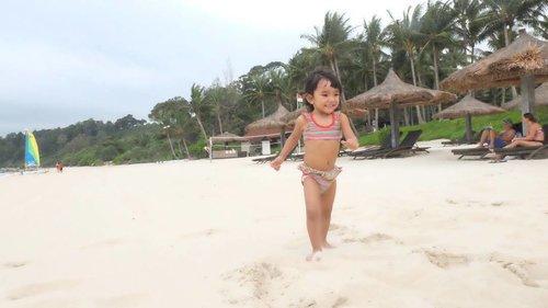My beloved princess is enjoying the soft and puffy  sands in @clubmedbintan  #ClozetteID #getaway #littlegirl #beach #clubmed #clubmedbintan #instakids #instatravel #travel #holiday #indonesia #instagood