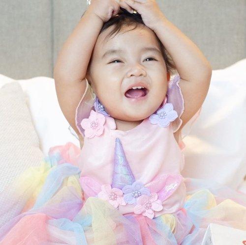 Selamat malem semua, ini lho muka #AairaFahima kalau lagi ketawa 😂.Ini usaha bikin ketawanya full team dari kakak Celina, kakak @aksabrinaya , kakak @akrevalina dan bunda @ade_novita 😂.Langsung jepret moment langka si bayi Cool ini 🙈.#unicorn #1stbirthday #ClozetteID #baby #instababy #laugh #cute