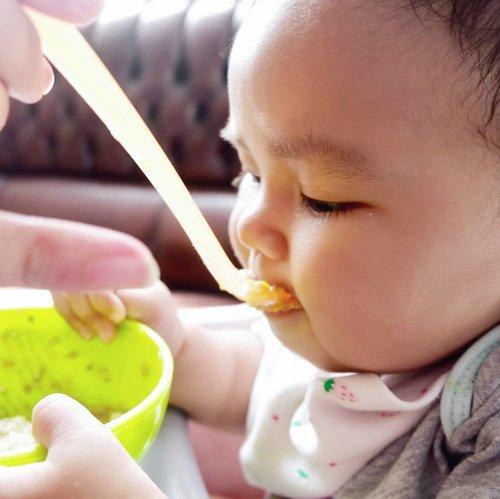 """Suka gemes ga sih, kalau lg ngenalin tekstur ke bayi kita,makan jadi lama dan lebih sedikit?.Itu memang beberapa hal yg bisa terjadi saat kita mulai perlahan naik tekstur, tapi no worries mom sumber utama kalori anak tetap #ASI so berkurang porsi #MPASI sementara gak ada mengurangi asupan nutrisi anak kok..Saat anak """"mastering"""" tekstur barunya,makannya akan lahap lagi. Get a grip, relax. Tips nya udah up di blog www.annisaramalia.com link on bio..#tableware @nubyindo ..#clozetteID #AairaFahima #momblogger #mpasiAaira #teksturMPAsi #tipsMPAsi #resepMPAsI #sharingiscaring"""