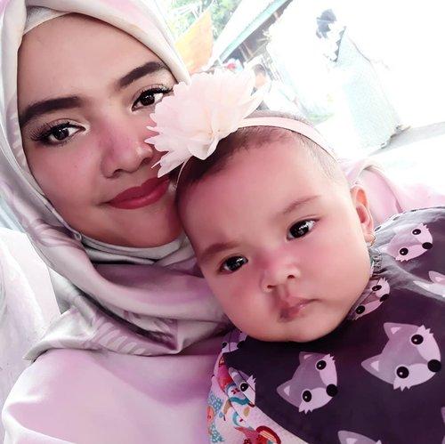 Saat kamera #selfie bikin tirus pipi #AairaFahima juga 🤭🤣.Jadi tau kan seharusnya pipi emaknya selebar apa 😆Colek @ben_yitzhak.#mommyandme #ClozetteID #selfies #baby #instababy