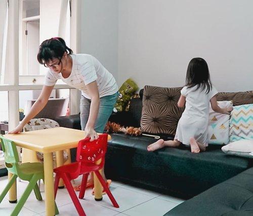 Kerjaan liburan beres2 rumah, dibantu anak gadis 😂. Video ini terinspirasi dan termotivasi dari video mommy kece @julinajp 🥰😘. Videonya klik link yg ada dibio ya biar kelihatan kucelnya diriku dan berantakannya rumah kalau punya anak 🤣🤣.#cleaningmotivation #momsanddaughter #clozetteid