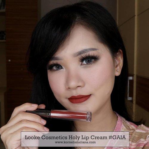 👄 swipe swipe 👄 Review Looke Cosmetics Holy Lip Creme & Holy Lip Polish sudah ada diyoutube ya guys 💋 Klik link di bio ya 😊 . Warna apa yg kalian suka? Kalo aku suka sama Thalia dicampur Luna. Bibir jadi terlihat tebal tanpa operasi 😆 . Pecinta Lip cream nude kudu cobain nih lip cream @lookecosmetics . Thank you @clozetteid #Clozetteid #makeup  #HolyLipSeries #CelebratingTheNewYou #LookeWetMakeupLook #CLozetteIDXLooke #CLozetteIDReview #MakeupReview #Indobeautygram #BeautyInfluencer #JogjaBloggirls #JogjaBeautyBlogger #BloggerIndonesia