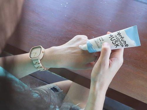 Aku tuh bukan orang yang suka pakai hand cream karena risih lengket. Tapi karena belakangan tanganku pecah2 dan kering, jadinya aku cobain Calmia Perfume in Cotton Musk ini.Creamnya gak lengket sama sekali dan wanginya lembut cewek banget 😊.Ada beberapa varian yang bisa kalian pilih, next kayaknya aku bakal cobain wangi yang lain ah 😁. Oh ya btw, aku beli hand cream ini di @altheakorea murmer banget cuma 26.000 50ml 😁#clozetteid #LuciMonthlyFav #handcream #AltheaKorea #AltheaAngels
