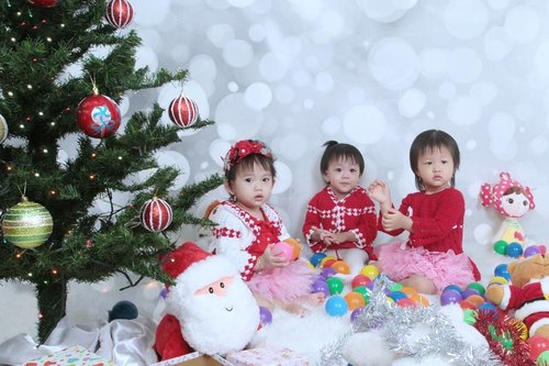 .Have a nice weekend 😘 📷 @pixelfotomagelang #ClozetteID #ChristmasPhotoShoot #ChristmasIsComing #CuteBabyGirls #FotoStudioMagelang #StudioFotoMagelang #Christmas2017 #ChristmasTree #ChristmasPhotography