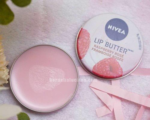 💃 Yuhuuu nambah lagi deh koleksi lipbalmku yang aku dapetin dari @sociolla & @nivea_id 😁 Cek yuk review terbaruku di  bit.ly/NiveaLipButterRaspbereyRose  Dan untuk kalian yang mau belanja di sociolla.com jangan lupa pake kode SBNLALRE ya supaya bisa dapetin diskon 50.000 untuk min.pembelian 250.000 😊  #KorneliaLucianaBlog #BeautyBlogger #Blogger #BeautyBloggerIndonesia #BloggerIndonesia #ClozetteStar #ClozetteID #ClozetteDaily #Vlogger #bvloggerid #misshaindonesia #missha #atomcarbonblogger #beautiesquad