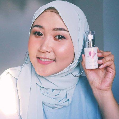 """Gudmorning selamatpagi✨ Ada yang udah tahu skincarr halal dari Jepang belom? Nih aku kenalin @momohime_indonesia_official skincare HALAL dari Jepang✔ Buat pecinta skincare Jepang, ini kabar gembira sih buat aku🙈 Jdi nggak ragu lagi, dengan kandungan skincarenya.Yang aku punya ini Peach White Essence, dipakai setelah toner. Skincare  @momohime_indonesia_official ini officially no pork derived-no alcohol-no mineral oil-no petroleum based surfactant-no colorant. Untuk aromanya ada, aroma buah peach gitu, karena kandungan utamanya pun di ambil dai buah peach. Makanya #PeachWhiteEssence ini akan akan vitamin C, mandarin orange extracts, botanical sqwaran, dan arbutin.Brand Jepang ini, fokus pada """"kelembapan kulit"""" makanya, stelah pakai #MomohimePeachWhiteEssence kulit akan terasa lembap, kenyal dan glowing✨ Skincare ini cocok untuk semua jenis kulit, untuk kulit kering bahkan kulit sensitif sekalipun.Harganya sekitar Rp569.800 kamu bisa beli di official storenya @momohime_indonesia_official diShopee dan ecommerce lainnya...So, apakah kamu tertarik untul coba? @clozetteid@momohime_indonesia_official#Clozetteid #Clozetteidreview #MomohimeXClozetteIDReview #momohime #halalskincare #japanskincare#AyReview #MakassarBeautyGram #BloggerMakassar #VloggerMakassar #BeautyEnthusiastMakassar"""