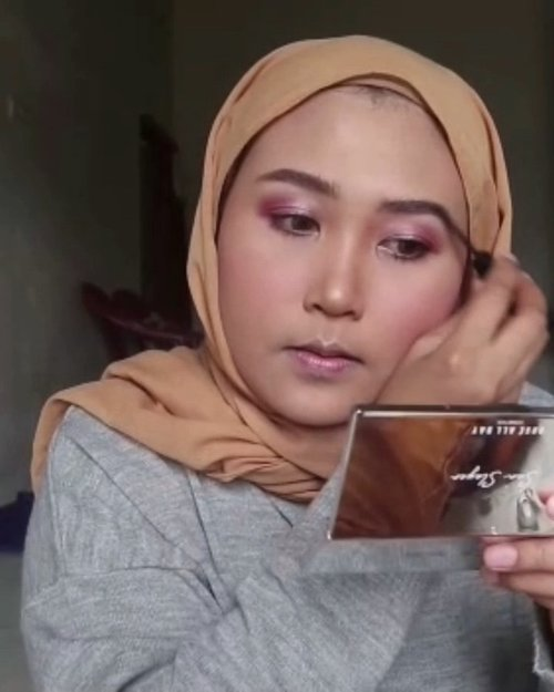 Make up ke kondangan yang super cepat karena ditungguin Bapak😗Detail Make Up:⚡@pudaiercosmetics Eyebrow Liquid⚡@getthelookid Loreal Infalibble Pro Glow shade 205 X @purbasarimakeupid Alas Bedak shade Sawo Matang⚡@eminacosmetics Bright Stuff Loose Powder⚡@catrice.cosmetics Instant Glam Eyeshadow X Glam Doll Mascara⚡@roseallday.co Face Palette Sun Slayer⚡@maybelline Stay Ink Crayon shade Enjoy The View 20.✨@rollover.reaction Clear Brow @makassarbeautygram @indobeautygram @indobeautysquad @clozetteid @cchannel_beauty_id @cchannel_id #MakassarBeautyGram #IndoBeautyGram #IndoBeautySquad #ClozetteId #CchannelBeauty #TutorialMakeUPKondangan #MakeUpTutorialKondangan #AyundaMakeUp #AyundaHits #BeautyInfluencerMakassar #MakassarBeautyInfluencer #BeautyBloggerMakassar #BeautyVloggerMakassar #BeautyEnthusiastMakassar #MakassarBeautyEnthusiast #BloggerMakassar #VloggerMakassar #MakeUpMakassar