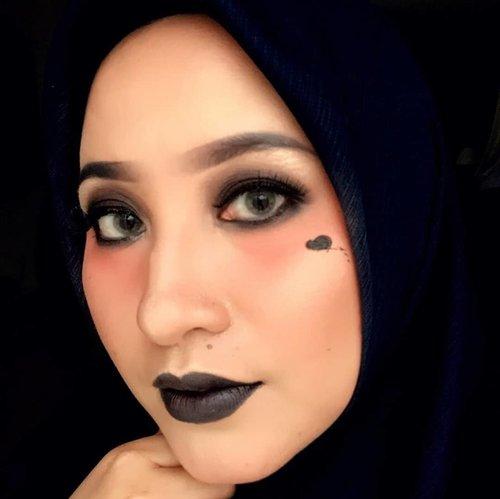 "Kali ini tema collabs @pkubeautyblogger ga nanggung2 ""GOTHIC"" makeup look #gothicmakeuplook .Kebayang bakal pd item smua TL ( maap ya pemirsah wkwkwk), tp tyt pada manis2 cantik, gagal gothic dunk ya?? 🤣🤣.Tapi semua temen2 pd kreatif 😍😍suka bgtt deh.. Awalnya sangsi mau ikutan, secara perlengkapan perang banyak yg nude/ kalem2, tp tyt kudu kreatif, pensil eyeliner item bs jd esedo/ lippen 😆😆, semoga suka yaa sama hasil kreatifitas kami hari ini .Pada mau adonannya??comments down below ya kekeke#pkubeautyblogger #beautybloggepekanbaru #beautyblogger #clozetteid #byfivit #makeupbyfivit"