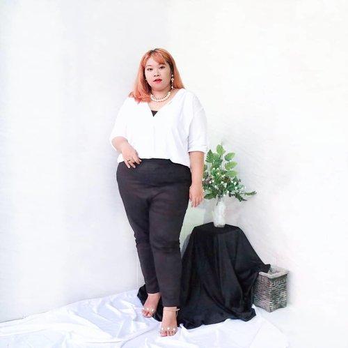 Classic white shirt and black pants will never go wrong.  Daily shirt & cotton legging from @ratuobral.id  #Clozetteid #ootdbigsizeindo #fashion #cute #ootdplussize #ootdcurvy #shoxsquad #ootdplussizeindo #curvy  #fashionaddict #fashionstyle  #curvygirl #plussize #endorsementindo #endorsement #bodypositive #celebratemysize #ootdindonesia #ootdindo #curvywomanindo  #influencersurabaya #beautyhasnosize #missbbwindonesia #ootdredhacs #redhacsmixnmatch